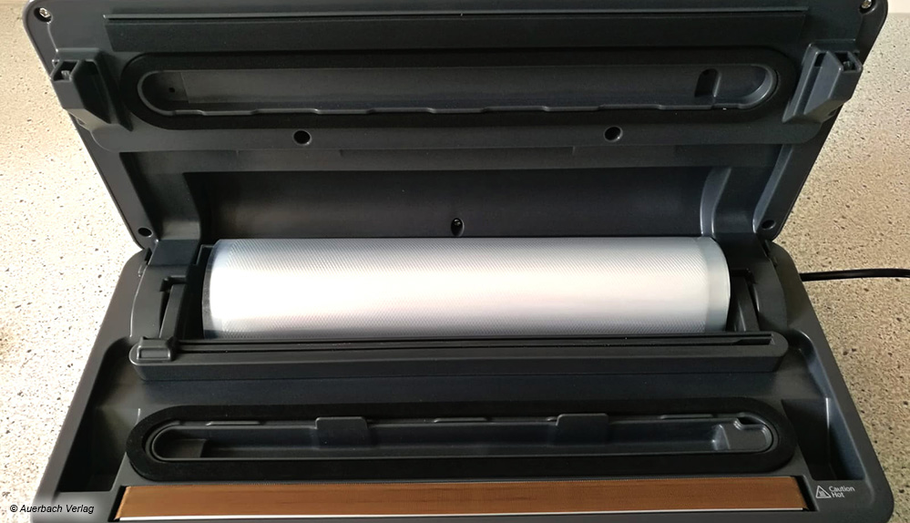 Beim AEG-Gerät kann die Folienrolle direkt im Vakuumierer platziert und zurechtgeschnitten werden