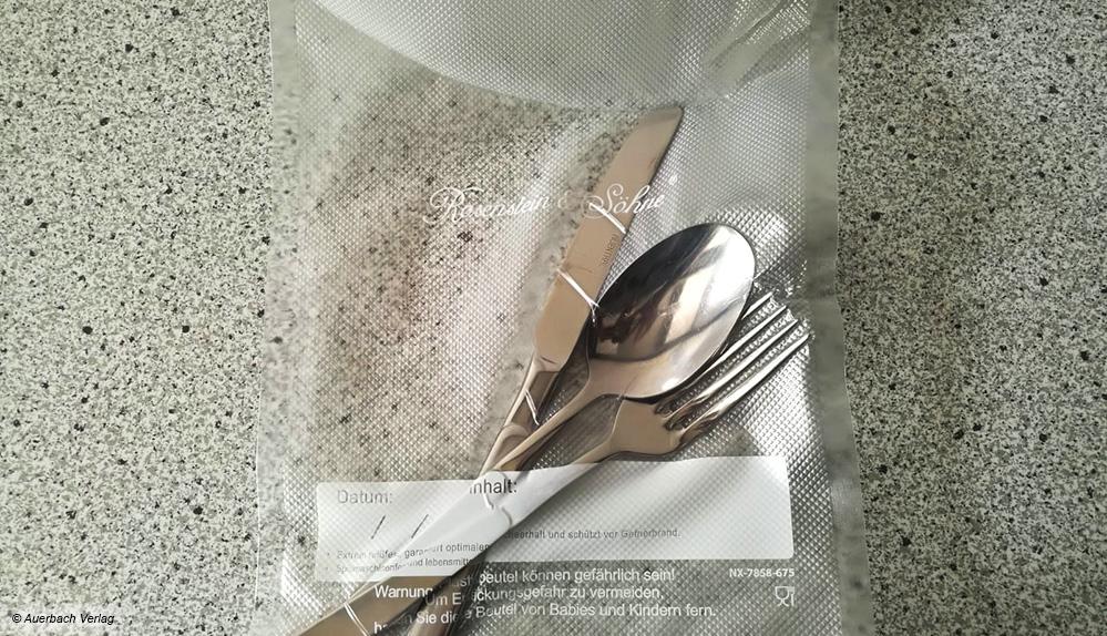 Das Endergebnis: Silberbesteck im vakuumierten Zustand