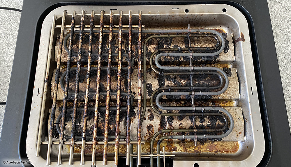 Bleibt nicht aus: Auch Elektrogrills werden beim Grillen verschmutzt und müssen anschließend gereinigt werden
