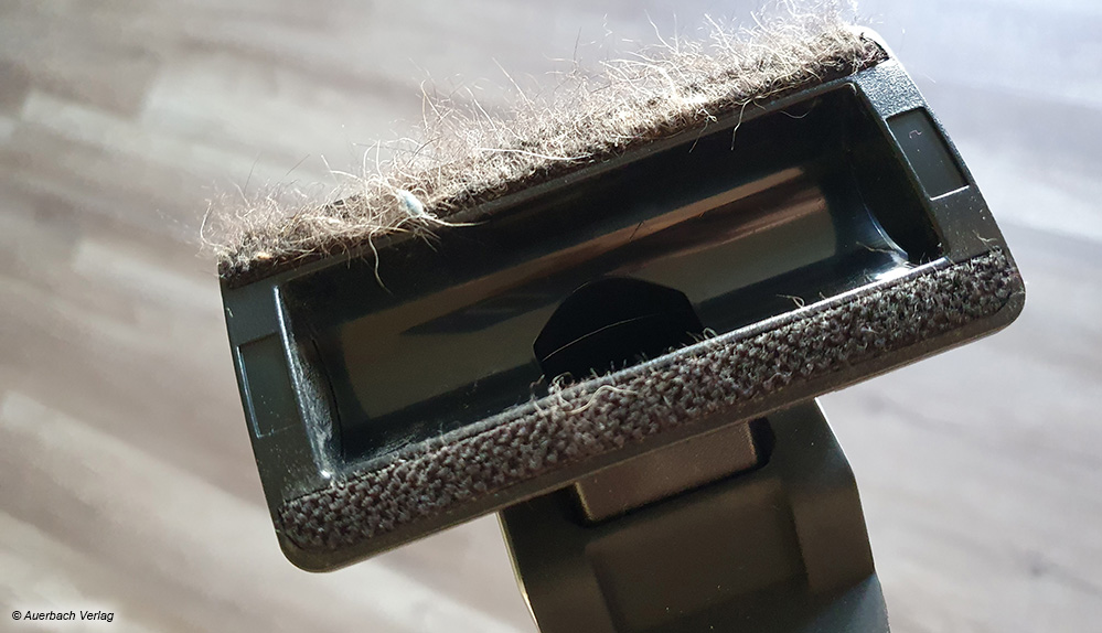 Nicht so überzeugend: Statt im Staubbehälter zu landen, hängen die Tierhaare nur an der Polsterdüse fest (Fakir)