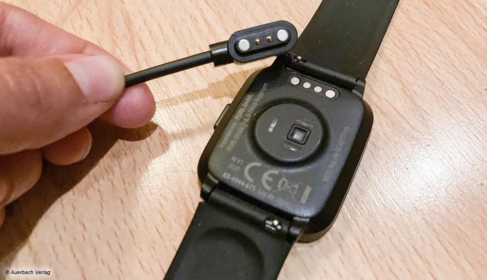 Beim Modell NX-4944 von Newgen Medicals haftet das Ladekabel mit USB-Anschluss magnetisch am Gerät