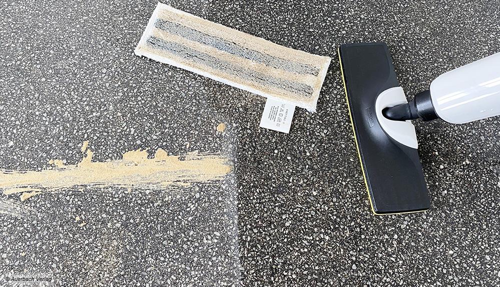 Härtetest: Um die Grenzen der Reinigungsleistung auszuloten, müssen die Geräte auch getrocknete Verschmutzungen lösen