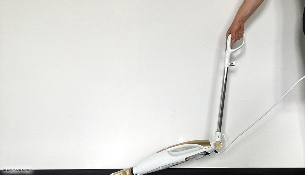 Zwei der getesteten Geräte bieten eine Knickfunktion, um leichter unter Möbelstücken reinigen zu können (Fakir, Livington)