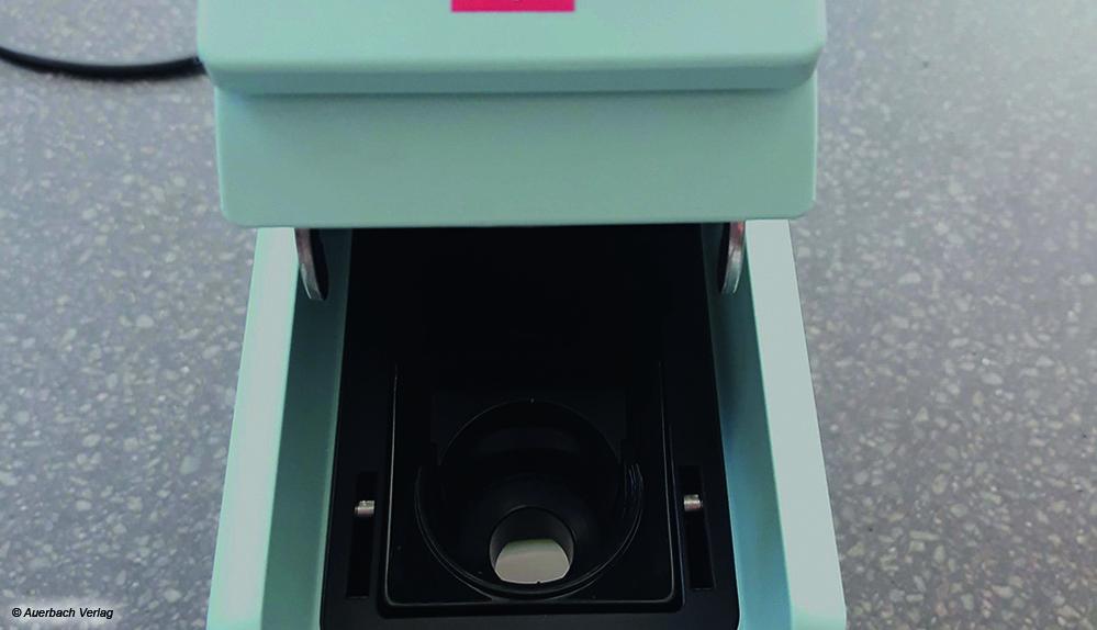 Bei der Illy rastet der Hebel in den Kapselhalter. Der Auslauf ist nicht im Gerät, sondern in der Kapsel integriert