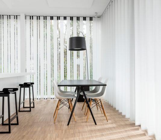 Sichtschutz für große Fenster bietet der niederländischen Hersteller Jasno. Darunter auch Swings, Lamellen aus Stoff